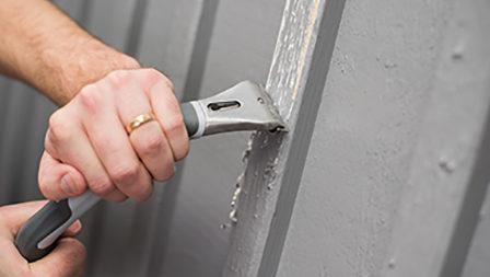 Skrabe træværk for løs maling