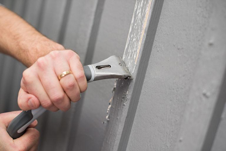 Skrab træværk for løs maling