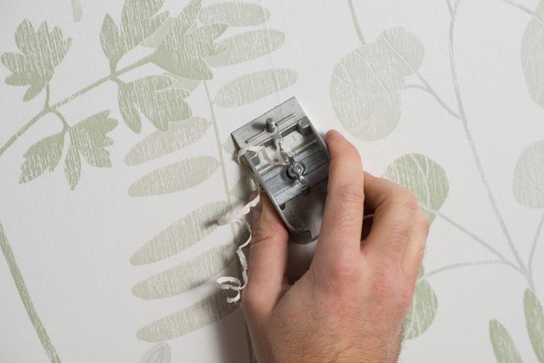 Tapetkanttrimmer fjerner overlapning på tapetseret væg