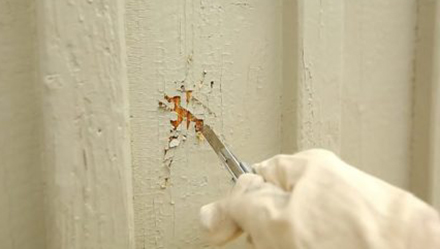 Løs maling på træfacade