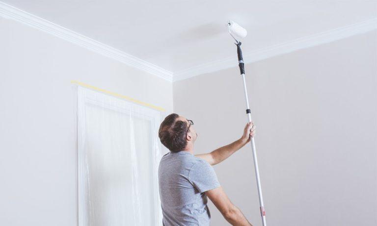 Male loft med malerulle på forlængerskaft