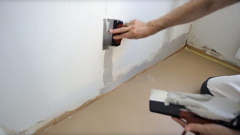 Spartle ujævnheder på tapetseret væg